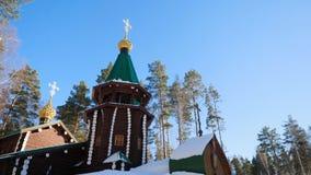 Övervintra landskapet med snö-täckte träd mot bakgrunden av en kristen kyrka efter ett snöfall Frostig solig dag fotografering för bildbyråer