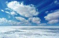 Övervintra landskapet med is, snöa, och moln royaltyfri bild