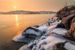 Övervintra landskapet med snöig stenar på den härliga floden Royaltyfri Bild