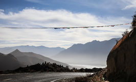 Övervintra landskapet med vägen nära Lhasa, Tibet Arkivfoton