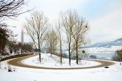 Övervintra landskapet, snö-korkade berg, träd på en bakgrundsnolla Fotografering för Bildbyråer