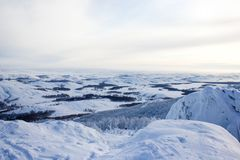Övervintra landskapet, snöig Ural berg i molnig dag, Ryssland arkivfoto