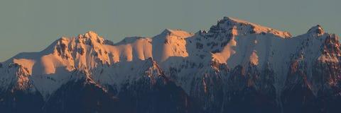 Övervintra ljus i de Bucegi bergen - Carpathia royaltyfria bilder