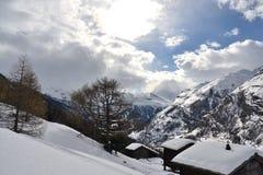Övervintra magi i Zermatt med snö och solen royaltyfria bilder