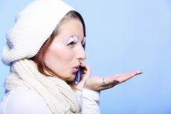 Övervintra makeup för varma kläder för modeflickan som idérik blåser kyssen Arkivfoto