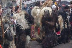 Övervintra maskeradfestivalen Kukerlandia i den Yambol staden, Bulgarien arkivfoto