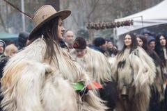 Övervintra maskeradfestivalen Kukerlandia i den Yambol staden, Bulgarien royaltyfri bild