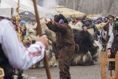 Övervintra maskeradfestivalen Kukerlandia i den Yambol staden, Bulgarien royaltyfria bilder