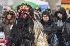 Övervintra maskeradfestivalen Kukerlandia i den Yambol staden, Bulgarien fotografering för bildbyråer