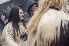 Övervintra maskeradfestivalen Kukerlandia i den Yambol staden, Bulgarien royaltyfria foton