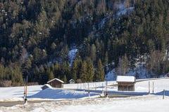 Övervintra moutainlandskap, alpin väg i österrikare Arkivfoton