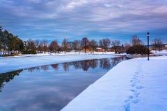 Övervintra reflexioner på Kiwanis sjön, i York, Pennsylvania arkivfoto