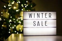 Övervintra shopping- och försäljningsbegreppet - lihtbox med vinterförsäljningstext Royaltyfri Fotografi