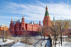 Övervintra sikten av den historiska museum- och MoskvaKreml, Moskva, Ryssland Arkivbilder