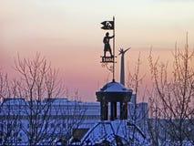 Övervintra sikten av den Siberian staden Tomsk på solnedgången Royaltyfria Bilder