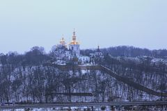 Övervintra sikten av en av kyrkorna i lavra för Kyievo-Pechers `-ka Det är en historisk ortodox kristen kloster trees för silhoue royaltyfri fotografi