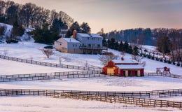 Övervintra sikten av ett hus och en ladugård på lantgård i lantliga Carroll County, arkivbild