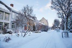 Övervintra sikten av gatan i den Trondheim staden Norge Royaltyfri Bild