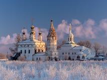 Övervintra sikten av helheten av forntida ortodoxa kyrkor i Dymkovo Sloboda, Veliky Ustyug, den Vologodsky regionen, Ryssland Arkivfoton
