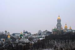 Övervintra sikten av lavraen och Belltower för Kyievo-Pechers `-ka på bakgrund för blå himmel Det är en historisk ortodox kristen fotografering för bildbyråer