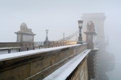 Övervintra sikten av Szechenyi den chain bron i Budapest Arkivfoton