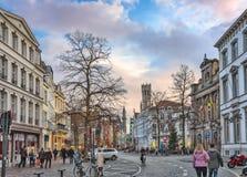 Övervintra sikten från Vlamingstraat in mot klockstapeln av Bruges, Belgien Arkivfoton