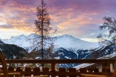 Övervintra sikten på dalen i schweiziska fjällängar, Verbier, Schweiz arkivbild