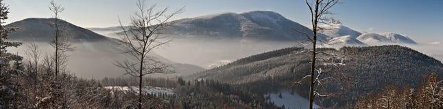 Övervintra sikten till den Smrk och Knehyne kullen från Butoranka Royaltyfri Fotografi