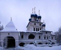Övervintra sikten till kyrkan av vår dam av Kazan efter snöfall, Kolomenskoye, Moskva, Ryssland Arkivfoton