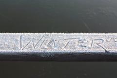 Övervintra skriftligt i frost på en trästång Arkivbilder
