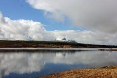 Övervintra snö på Cul Mor, nordvästlig skotsk Skotska högländerna Royaltyfria Foton