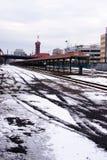 Övervintra snö-täckte järnvägspår på drevstationen i port Arkivbild