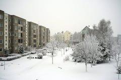 Övervintra snöfall i huvudstad av det Litauen Vilnius stadsPasilaiciai området royaltyfria bilder