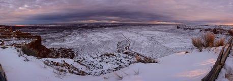 Övervintra solnedgången på överkanten av kanjonen i Utah USA Arkivbild