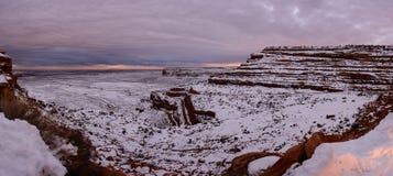 Övervintra solnedgången på överkanten av kanjonen i Utah USA Royaltyfri Foto