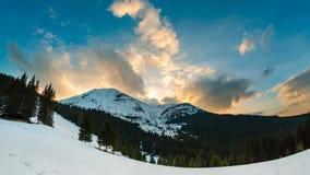 Övervintra solnedgångtimelapse med moln och insnöat den härliga bergiga terrängen stock video
