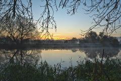 Övervintra soluppgång över en flod i Cambridgeshire UK Arkivfoto