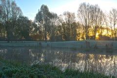 Övervintra soluppgång över en golfklubb i Cambridgeshire UK Arkivbild