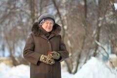 Vinterstående av den gammala kvinnan Fotografering för Bildbyråer