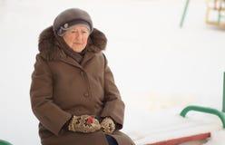Vinterstående av den gammala kvinnan Royaltyfri Bild