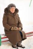 Vinterstående av den gammala kvinnan Arkivbilder