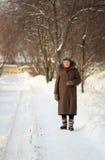 Vinterstående av den gammala kvinnan Royaltyfri Fotografi