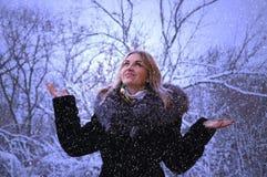 Övervintra ståenden av en lycklig ung kvinna som går i natur i snön fotografering för bildbyråer