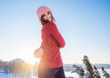 Övervintra ståenden av en ung le kvinna i en rosa hatt och mitte Royaltyfria Foton