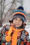 Övervintra ståenden av ungepojken i färgrik kläder arkivbilder