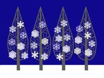 Övervintra trees i (den mörkblå) snowen, Arkivbild