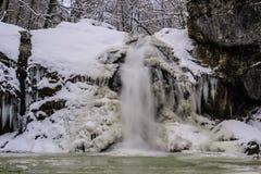 Övervintra vattenfallet på en bergflod, den Rufabgo floden Royaltyfri Bild