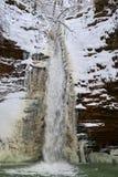Övervintra vattenfallet på en bergflod, den Rufabgo floden Arkivfoton