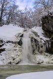 Övervintra vattenfallet på en bergflod, den Rufabgo floden Royaltyfri Foto