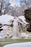 Övervintra vattenfallet på en bergflod, den Rufabgo floden Royaltyfria Bilder
